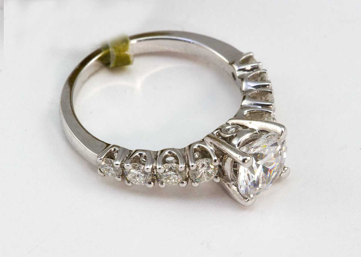 White gold mounting with 10 diamonds Ring